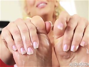 fantastic Alura Jenson fondles in moisturizer on her luxurious soles