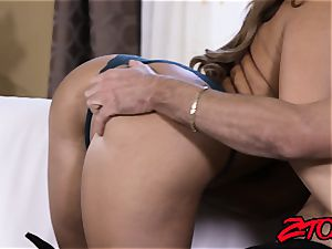 Richelle Ryan makes spouse see her pound another fellow