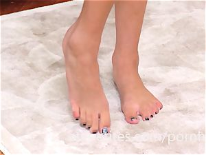 Super-skinny Ariana Marie flashes Off Her super-sexy feet