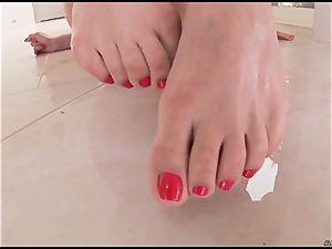 Alexa Nicole pushes her fingers deep in her raw labia