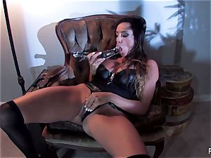 Ariella Ferrera pulverizes herself with a yam-sized glass plaything