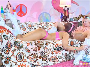 60s lezzies Jessa Rhodes and Abigail Mac